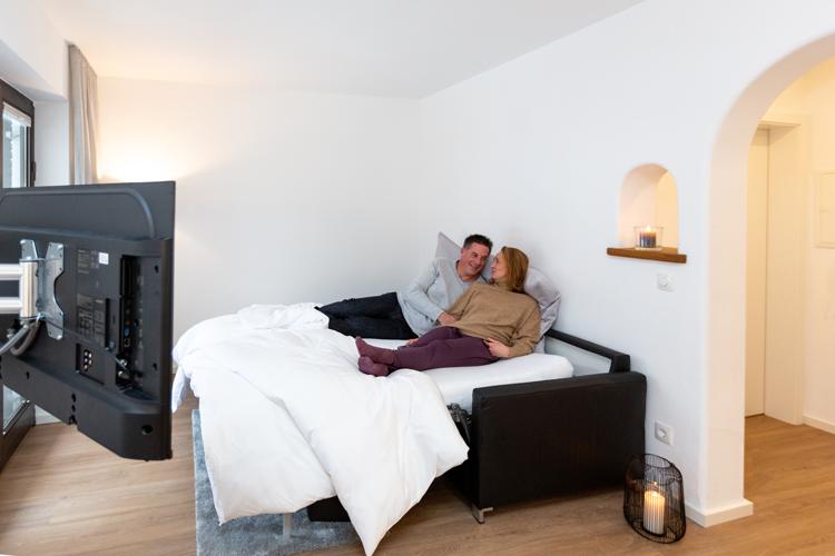 Wohnzimmer, SChlafcouch mit Pärchen